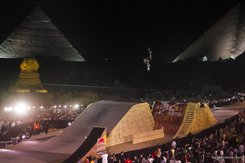 Red Bull X-Fighters Giza 2010 - FMX y pirámides en la noche de Egipto