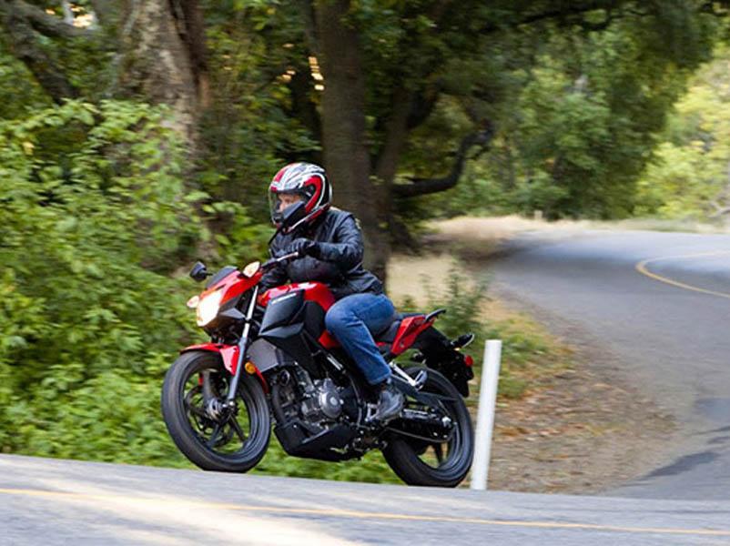 Hombre trtazando una curva con la nueva naked de Honda, la CB 300F