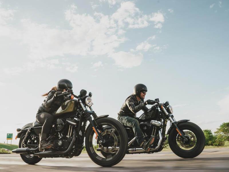 Harley Sportster Iron y 48 Dark en acción