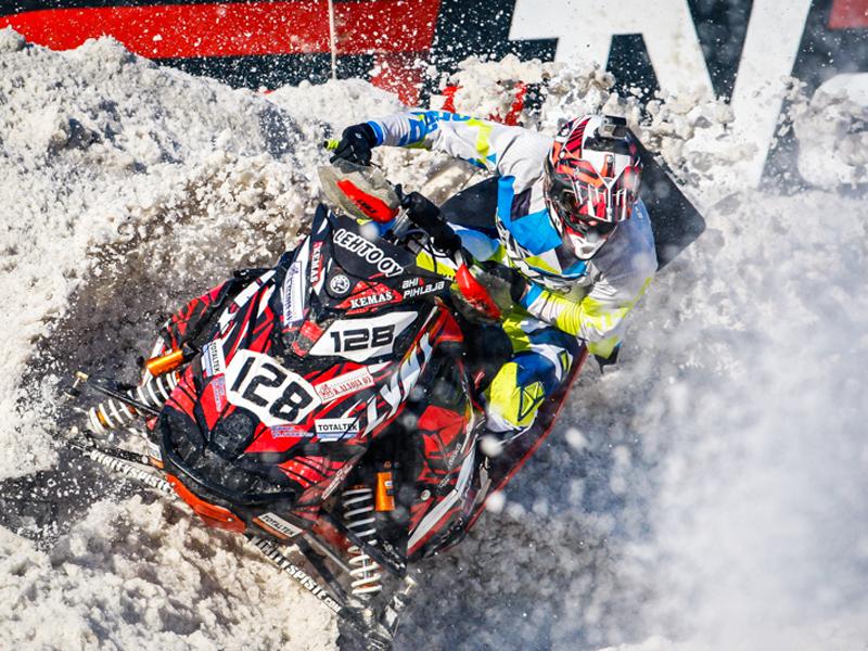 las motos de nieve de carreras son todo un espectáculo