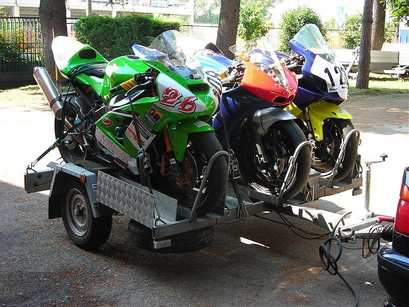 Remolque de 3 motos con carril ancho cargado con monturas supersport