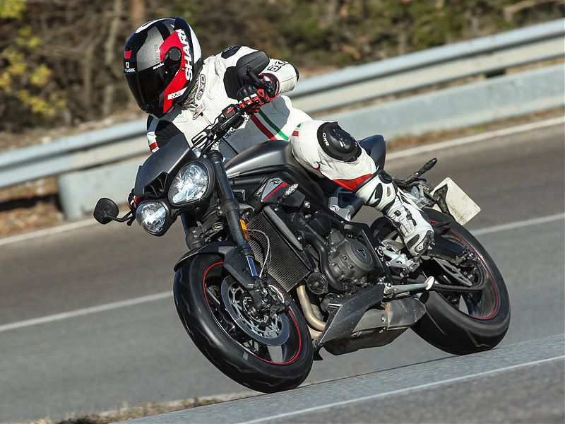La óptica frontal de la Triumph Street Triple RS es herencia de la Speed Triple