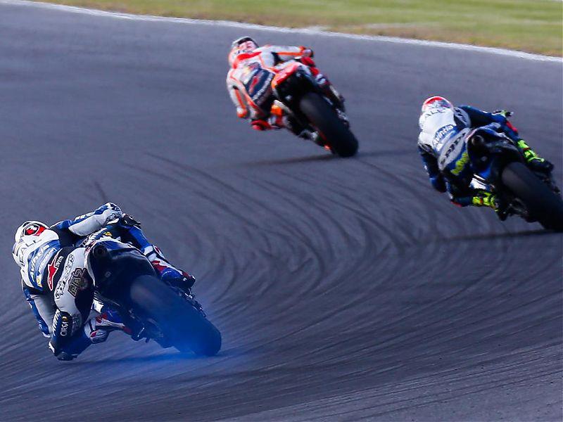 Loris Baz sacando humo del neumático de su Ducati