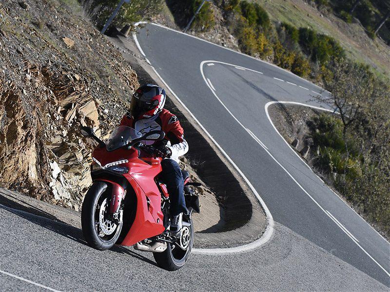 La carretera es el escenario ideal para usar la Ducati Supersport 2017