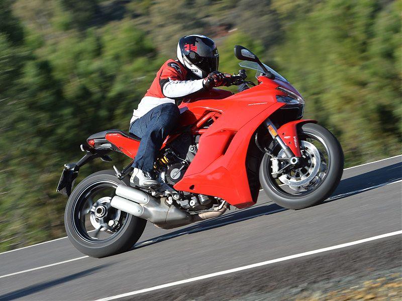 Los 16 l. de la Ducati Supersport te permiten cubrir 250 km sin repostar