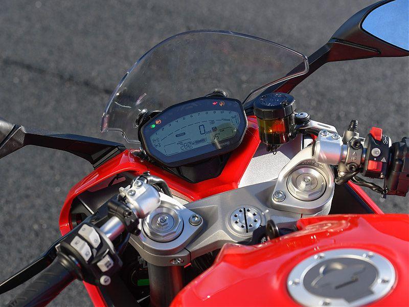 Instrumentación LCD y semimanillares por encima de la tija en la Ducati Supersport