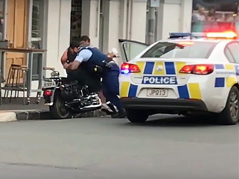 Policía realizando un placaje a un motorista