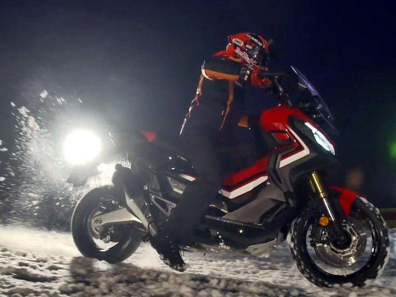 Marc Márquez con la Honda X-ADV sobre la nieve