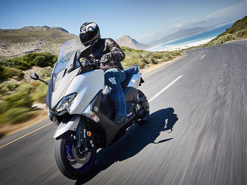 El color plata mate con llantas azules es exclusivo del Yamaha TMAX SX 2017