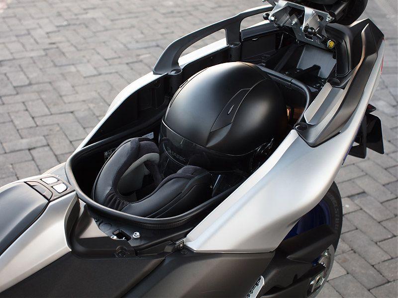 El hueco del Yamaha TMAX 2017 tiene capacidad para un casco integral y un jet
