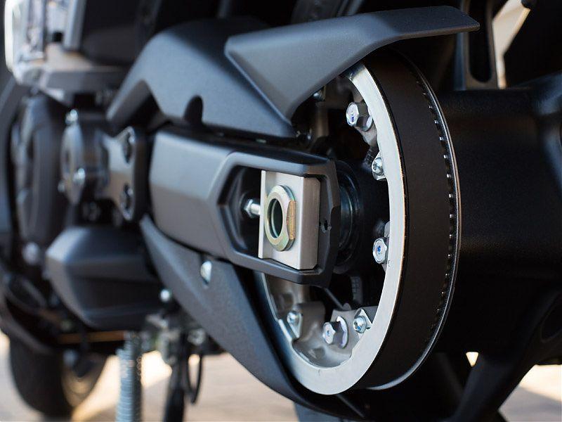La correa de transmisión del Yamaha TMAX 2017 es de carbono, más resistente, fina y ligera