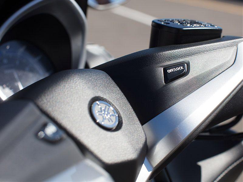 Botón de apagado, bloqueo de dirección y bloqueo de caballete del Yamaha TMAX 2017