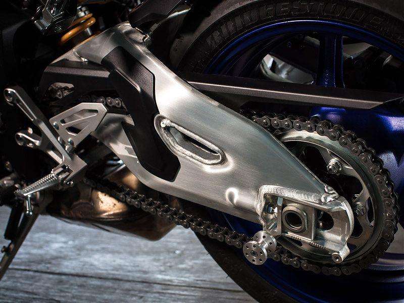 El robusto basculante de aluminio de la Yamaha MT-10 SP tiene un curioso acabado lacado