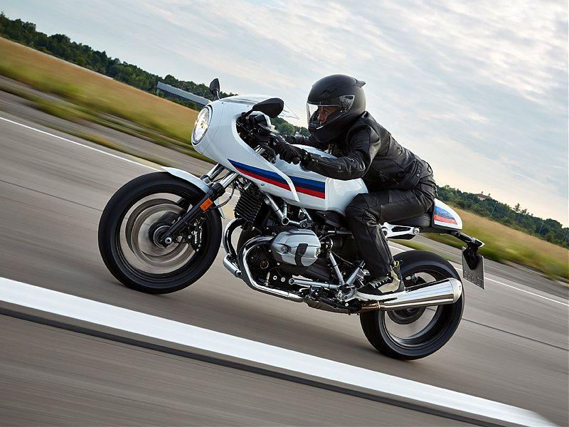 En curvas rápidas, la BMW R nineT Racer es una auténtica delicia