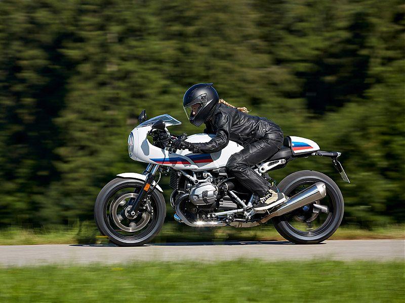 Los semimanillares marcan el estilo cafe racer de la BMW R nineT Racer
