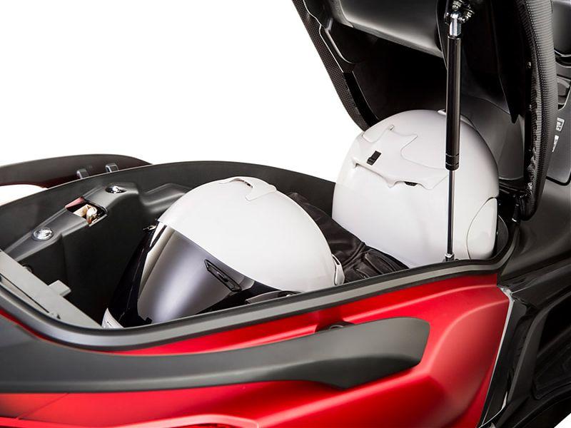 Espacio para dos cascos integrales en el KYMCO Super Dink 125/350 2017