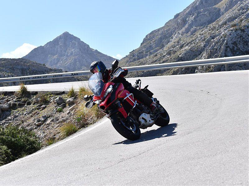 En acción sobre una Ducati Multistrada 1200 calzada con neumáticos Continental ContiRoadAttack3