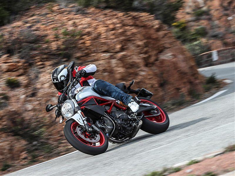 Puedes jugar con el cambio, apurar las marchas o dejarla correr: la Ducati Monster 797 admite todo tipo de conducción