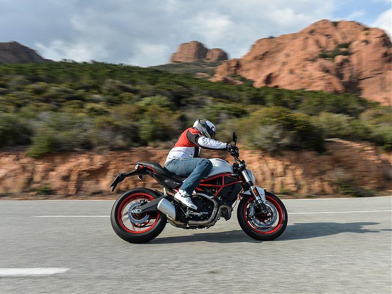 La postura de la Ducati Monster 797 es relajada, consecuencia de unas estriberas más bajas y un manillar más cercano al conductor que en una Monster 821