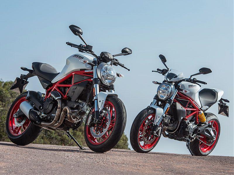 Ducati Monster 797 estándar a la izquierda y versión Plus a la derecha