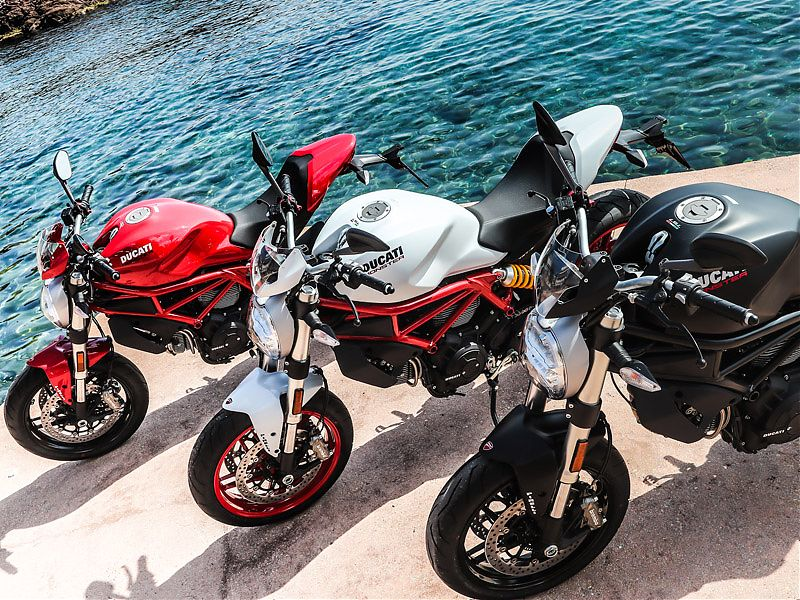 La Ducati Monster 797+ 2017 está disponible en rojo, blanco y negro