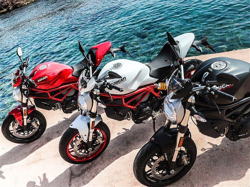 La Ducati Monster 797+ 2017 está disponible en rojo, blanco y negro