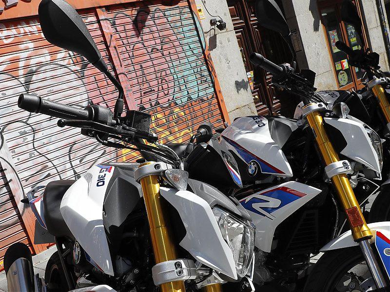 Dos BMW G310R aparcadas en la madrileña calle de Fuencarral