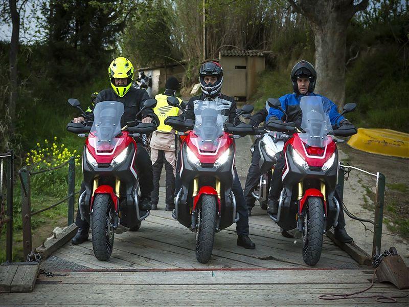 Honda X-ADV en grupo de frente