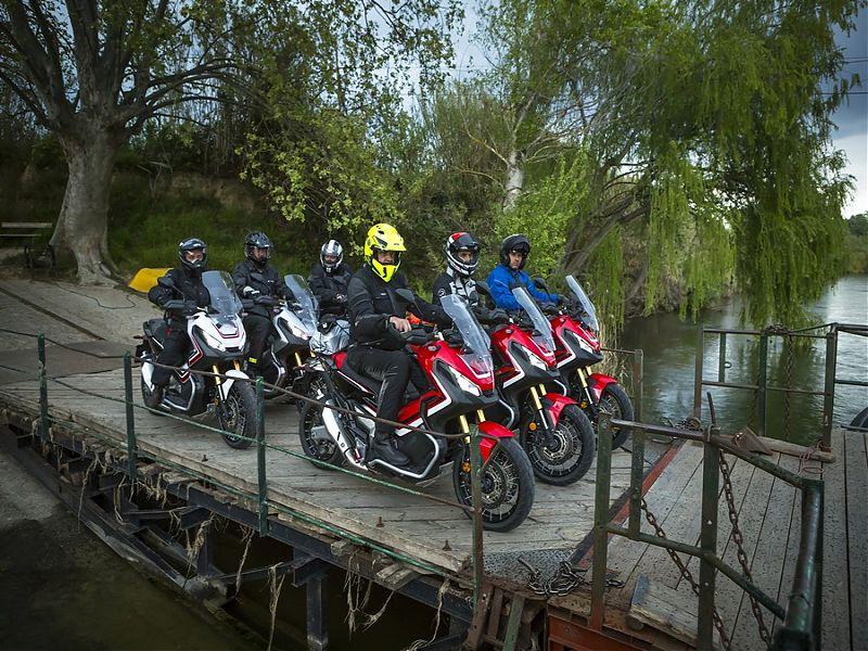 Honda X-ADV en grupo a punto de cruzar