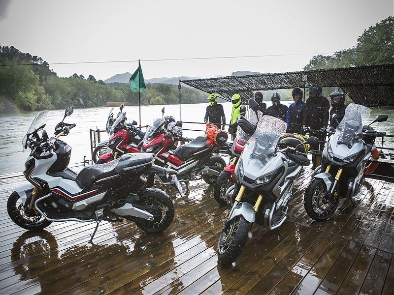 Honda X-ADV en grupo cruzando el Ebro