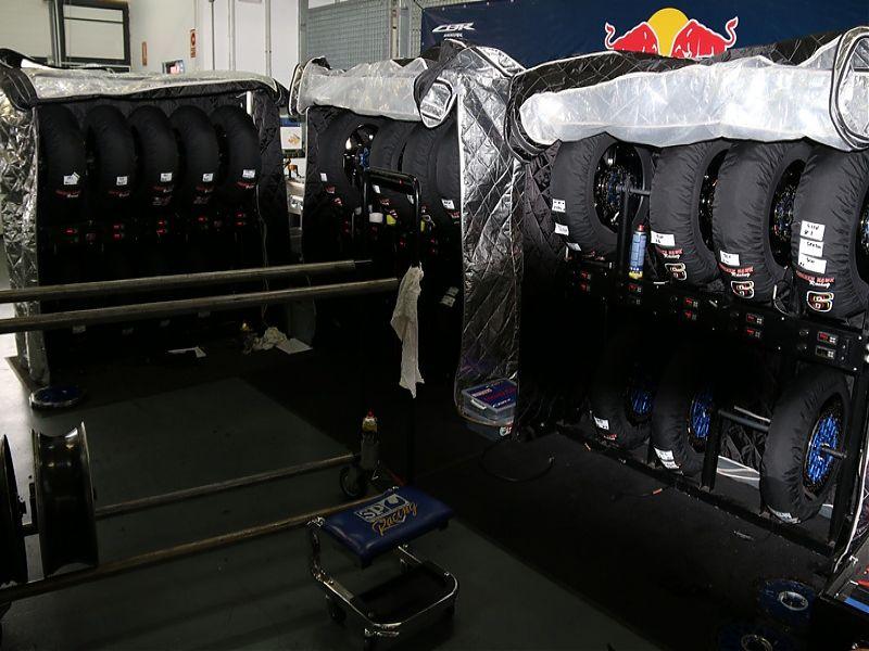WSBK Red Bull Honda Neumáticos en parrilla de calentamiento