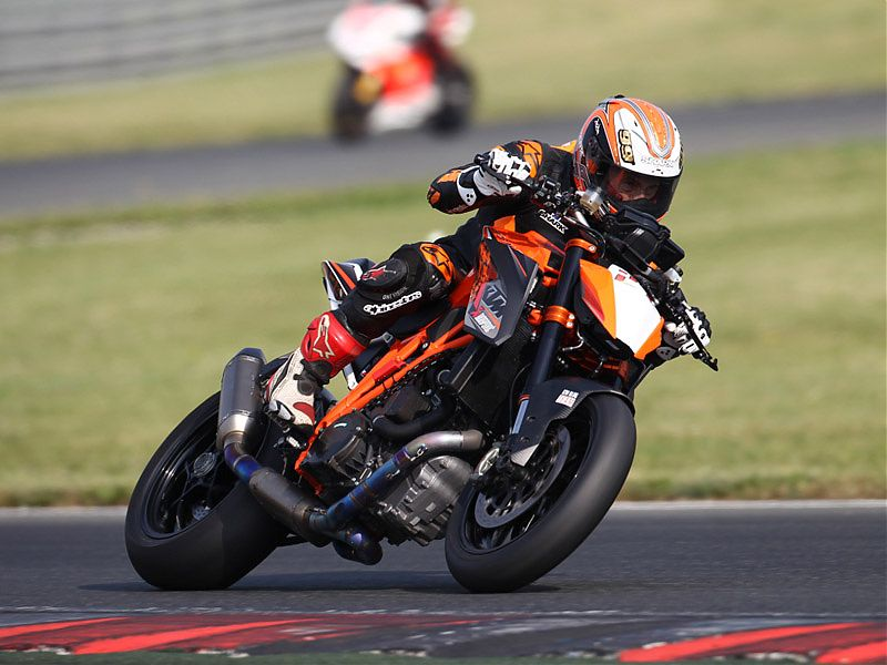 McWilliams en acción con la KTM 1290 Super Duke R 2017
