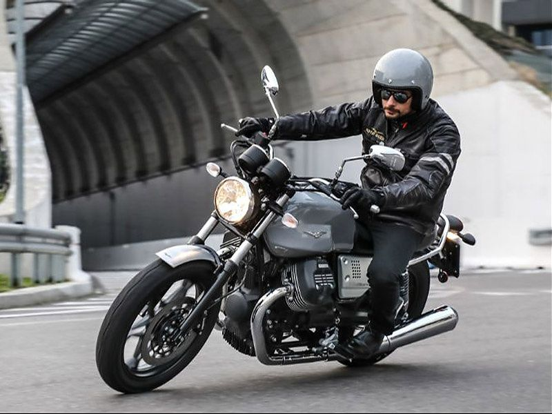 Moto Guzzi V7 III Rough en acción