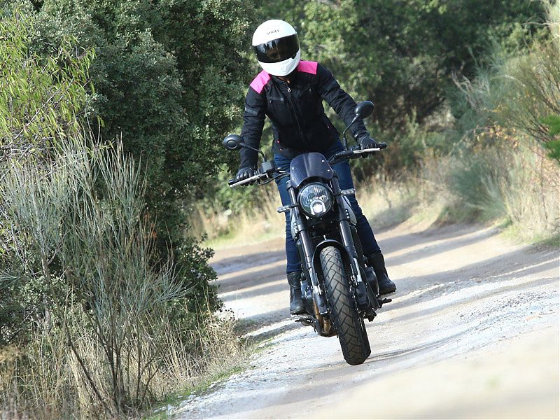 Aptitudes trail en una moto retro