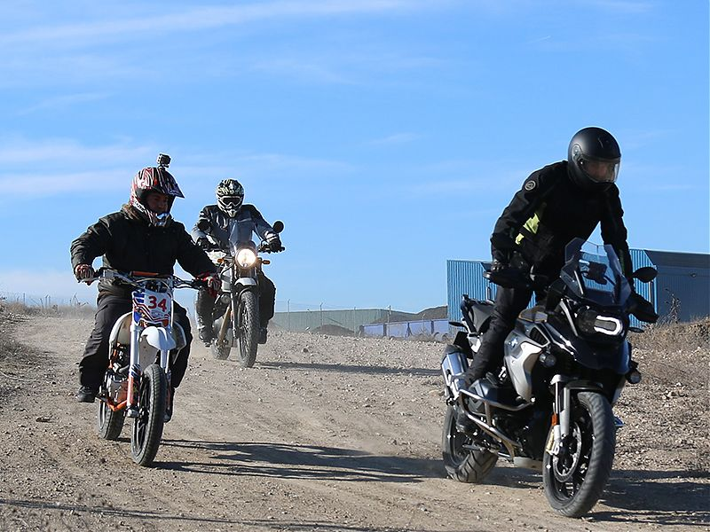 Una BMW R1200GS en el curso trail de Dirt Track Madrid.