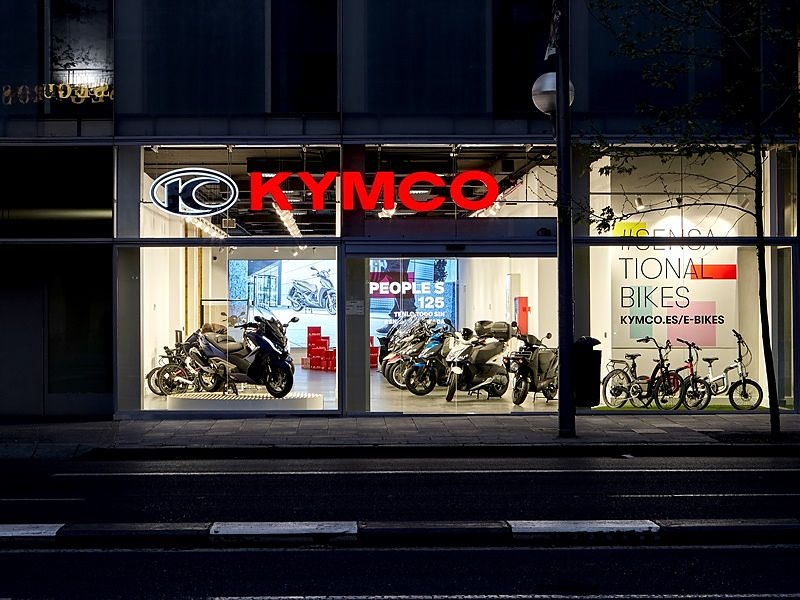 KYMCO Showroom nocturna