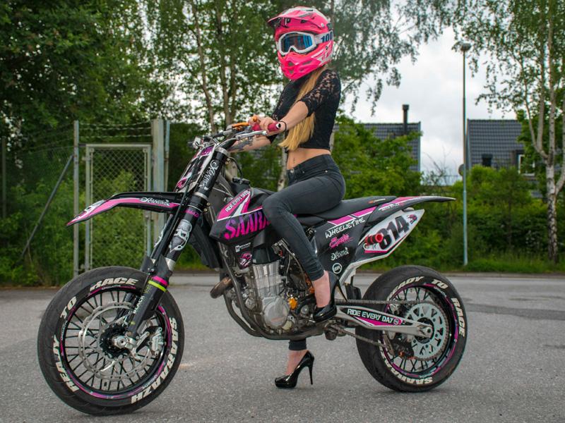 Motos 110 Stunt >> Sara Aydin demuestra que el supermotard y el stunt no es cosa de chicos   Motos   Mundo motor ...