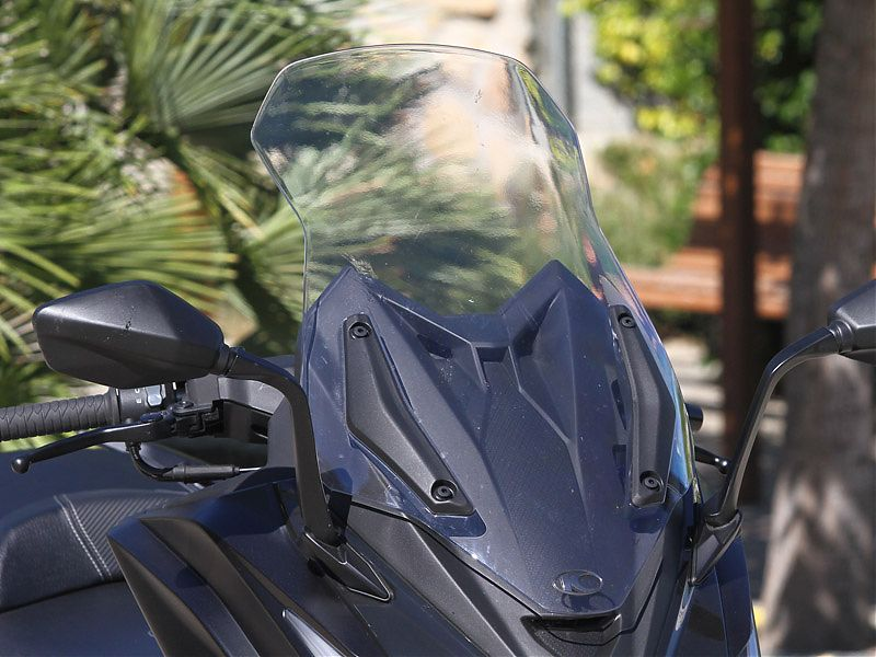 El KYMCO AK 550 dispone de parabrisas regulable en altura