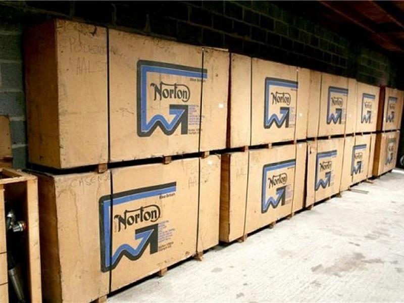 Una docena de Norton todavía en cajas...
