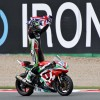 Sam Lowes celebrando su primer campeonato de supersport