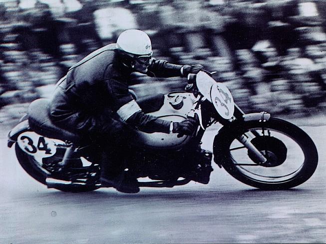 Leslie Graham, primer campeón de 500, con la AJS en 1949.