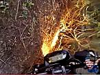 ¿Cómo aparcar la moto en el jardín del vecino? Así no...