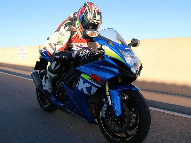 7de8bc6a275 Viaje exprés por autopista en una moto deportiva | Motos | rutas ...