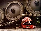 Los cascos de moto no resisten disparos ni tanques, pero los de F1sí
