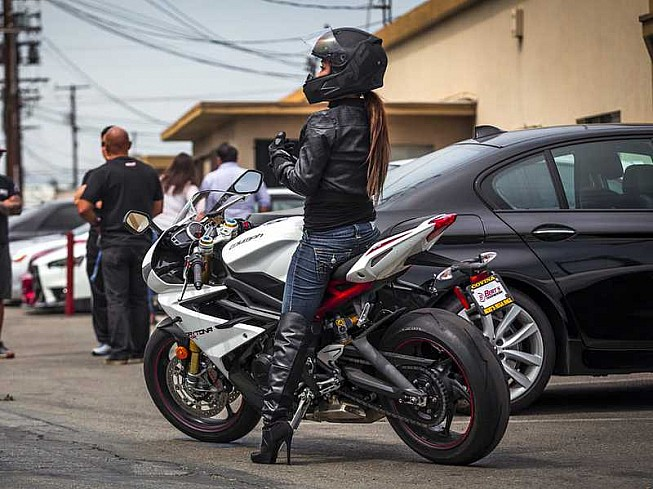 f9b4cacfac Trucos para pilotos bajitos con una moto alta   Consejos de ...