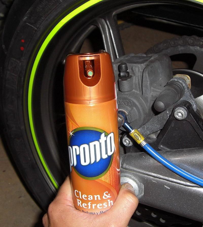 Trucos de limpieza para tu moto motos mantenimiento de - Quitar manchas de grasa de coche ...